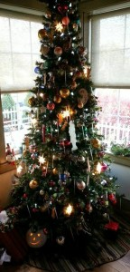 Photo decorated Christmas tree at the 1825 Inn